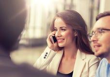 Empresaria que invita a smartphone en la oficina imagenes de archivo