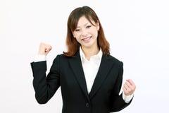 Empresaria que levanta sus brazos en la muestra de la victoria Imágenes de archivo libres de regalías