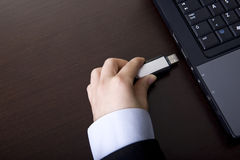 Empresaria que lleva a cabo el dispositivo portable de la pluma del almacenaje Fotografía de archivo libre de regalías