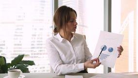 Empresaria que lleva a cabo el informe financiero que habla en el webcam para hacer la llamada video almacen de video