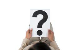 Empresaria que lleva a cabo una muestra del signo de interrogación Imagen de archivo libre de regalías