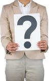 Empresaria que lleva a cabo una muestra del signo de interrogación Imagenes de archivo