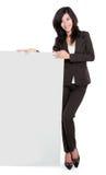 Empresaria que lleva a cabo a una tarjeta de la presentación en blanco Foto de archivo libre de regalías