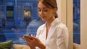 Empresaria que manda un SMS en smartphone metrajes