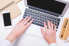 Empresaria que mecanografía en el primer del teclado Fotos de archivo libres de regalías