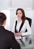 Empresaria que mira al candidato durante entrevista fotografía de archivo