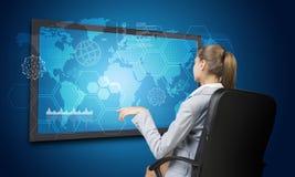 Empresaria que mira el interfaz de la pantalla táctil Fotografía de archivo