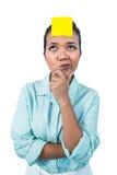 Empresaria que mira el signe en su frente Imagen de archivo libre de regalías