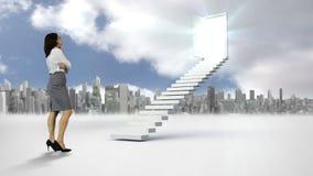 Empresaria que mira la escalera con una puerta de abertura delante de una ciudad almacen de video