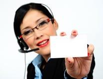 Empresaria que muestra una tarjeta de visita (foco en el th Fotos de archivo