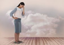Empresaria que parece decepcionada y abajo con las nubes Fotografía de archivo libre de regalías