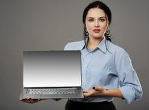 Empresaria que presenta un ordenador portátil Foto de archivo