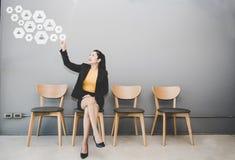 Empresaria que presiona el botón con el contacto en la pantalla virtual Negocio, tecnología, Internet fotos de archivo