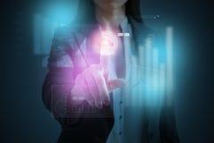 Empresaria que presiona el botón en la pantalla virtual del computi de la nube Fotografía de archivo