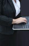 Empresaria que pulsa en el teclado Foto de archivo libre de regalías