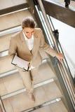 Empresaria que recorre abajo de las escaleras Fotos de archivo