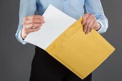 Empresaria que saca la letra de sobre fotografía de archivo