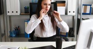 Empresaria que saca los vidrios, sosteniendo la taza y sonriendo en oficina moderna almacen de video