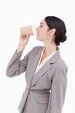 Empresaria que saca un sip de una taza de papel fotos de archivo libres de regalías