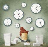 Empresaria que se ahoga en papeleo. Relojes en la pared Imagen de archivo