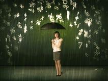 Empresaria que se coloca con el paraguas y el llover de los números 3d concentrado Imagen de archivo