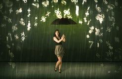 Empresaria que se coloca con el paraguas y el llover de los números 3d concentrado Fotografía de archivo libre de regalías