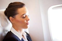 Empresaria que se reclina sobre el aeroplano Imágenes de archivo libres de regalías