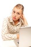 empresaria que se sienta con una computadora portátil Fotos de archivo