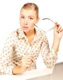 empresaria que se sienta con una computadora portátil Imagen de archivo libre de regalías