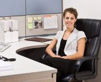 Empresaria que se sienta en el escritorio Imagenes de archivo