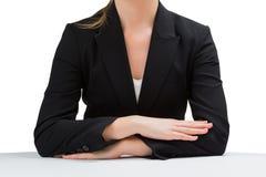 Empresaria que se sienta en el escritorio con los brazos cruzados Imagen de archivo libre de regalías