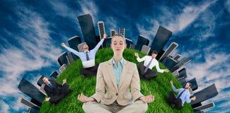 Empresaria que se sienta en la posición de loto Imagen de archivo