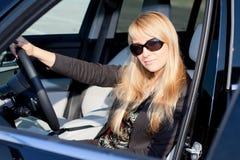 Empresaria que se sienta en un coche Fotos de archivo