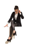 Empresaria que se sienta encima de la bandera Foto de archivo libre de regalías