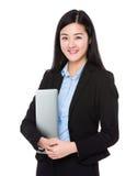 Empresaria que se sostiene con el ordenador portátil foto de archivo