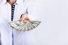 Empresaria que sostiene billetes de banco del dólar aislados en un fondo blanco Dinero en manos del ` s de las mujeres Dinero en  Fotografía de archivo libre de regalías