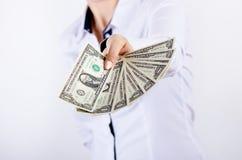 Empresaria que sostiene billetes de banco del dólar aislados en un fondo blanco Dinero en manos del ` s de las mujeres Dinero en  Fotos de archivo
