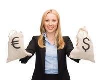 Empresaria que sostiene bolsos del dinero con euro Fotos de archivo libres de regalías