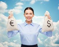 Empresaria que sostiene bolsos del dinero con euro Fotografía de archivo