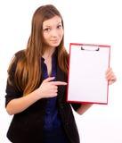 Empresaria que sostiene el tablero en blanco foto de archivo libre de regalías