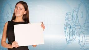 Empresaria que sostiene la hoja de papel Foto de archivo libre de regalías