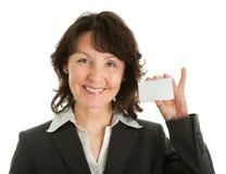 Empresaria que sostiene la tarjeta en blanco Foto de archivo libre de regalías