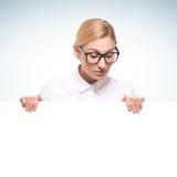 Empresaria que sostiene una cartelera blanca Imágenes de archivo libres de regalías
