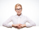 Empresaria que sostiene una cartelera blanca Fotografía de archivo libre de regalías