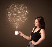 Empresaria que sostiene una taza blanca con los medios iconos sociales Foto de archivo libre de regalías