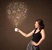 Empresaria que sostiene una taza blanca con los medios iconos sociales Imagen de archivo libre de regalías