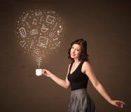 Empresaria que sostiene una taza blanca con los medios iconos sociales Imagenes de archivo
