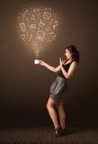 Empresaria que sostiene una taza blanca con los medios iconos sociales Imagen de archivo