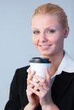 Empresaria que sostiene una taza de café Imagen de archivo libre de regalías