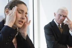 Empresaria que sufre de dolor de cabeza de la tensión. Foto de archivo